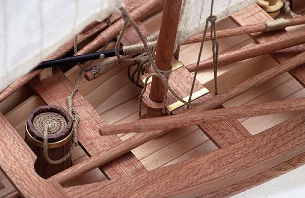 Detalle de la maqueta. piezas de tablero cortado por láser de alta precisión, maderas nobles, latón, fundición y tejido.